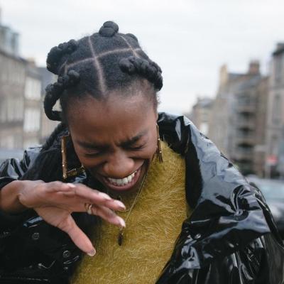 femme riant aux éclats