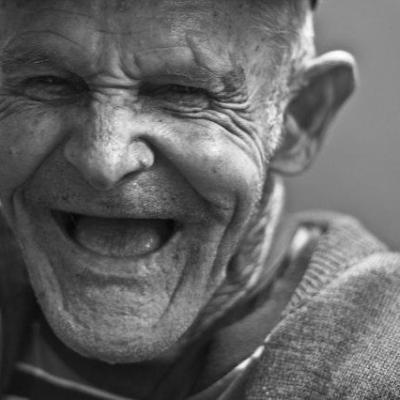 homme âgé riant